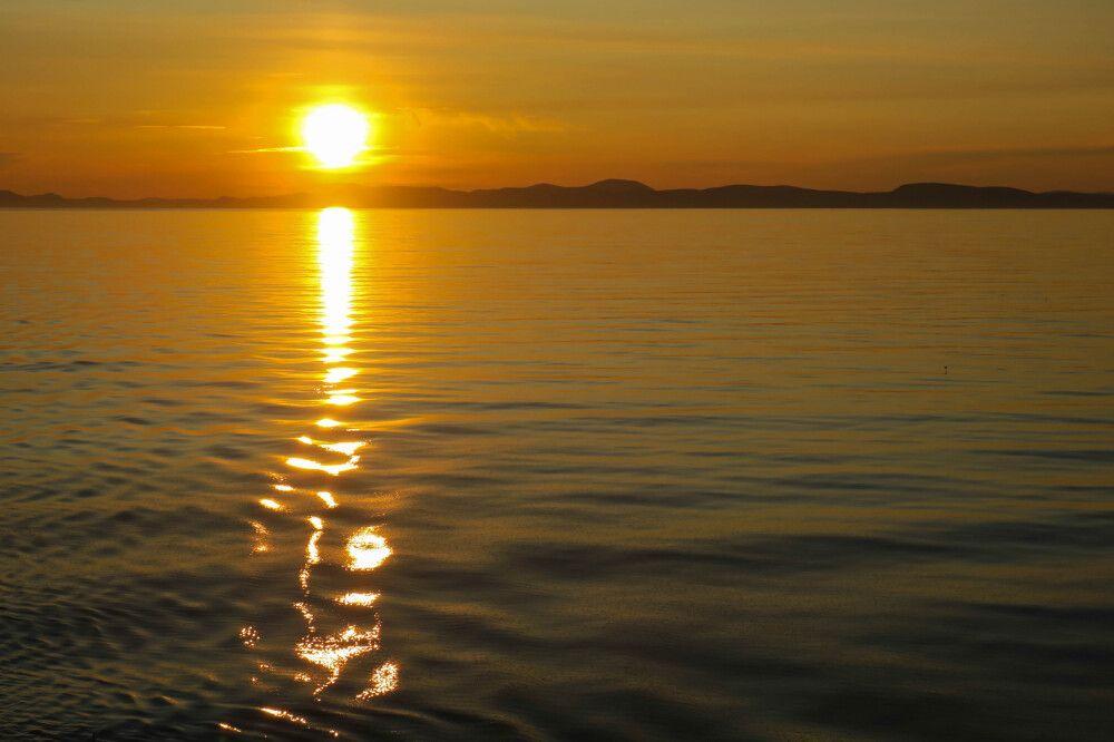 Beeindruckender Sonnenuntergang über der Küste Tschukotkas