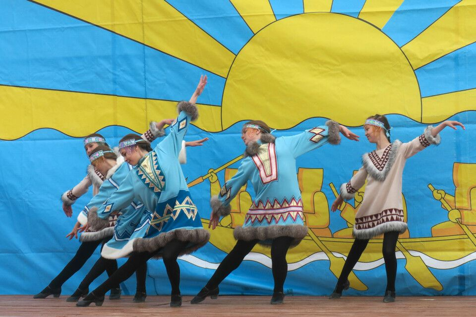 Tanzgruppe in traditionellen Trachten bei nicht ganz so traditionellen Tänzen auf den Beringia-Games