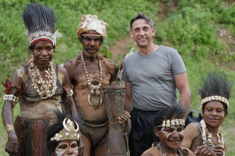 Gruppenfoto mit Thorsten Wolf in der Sepikregion