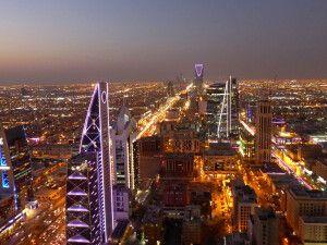 Blick auf das Kingdom Trade Centre am Horizont, Riad