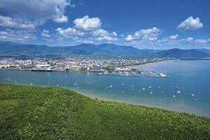 Blick auf die Hafenstadt Cairns