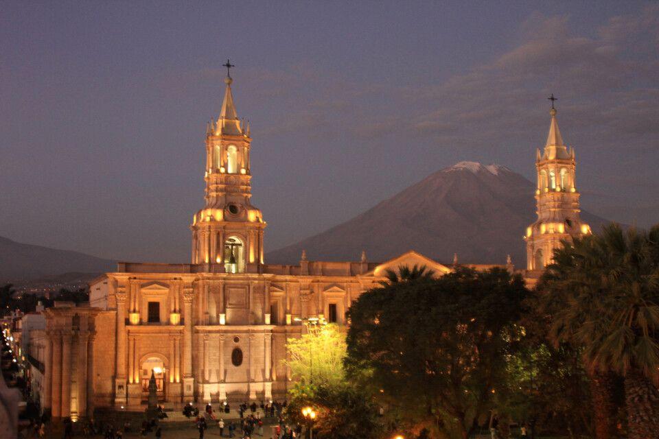 Abendstimmung in Arequipa mit dem Vulkan Misti im Hintergrund
