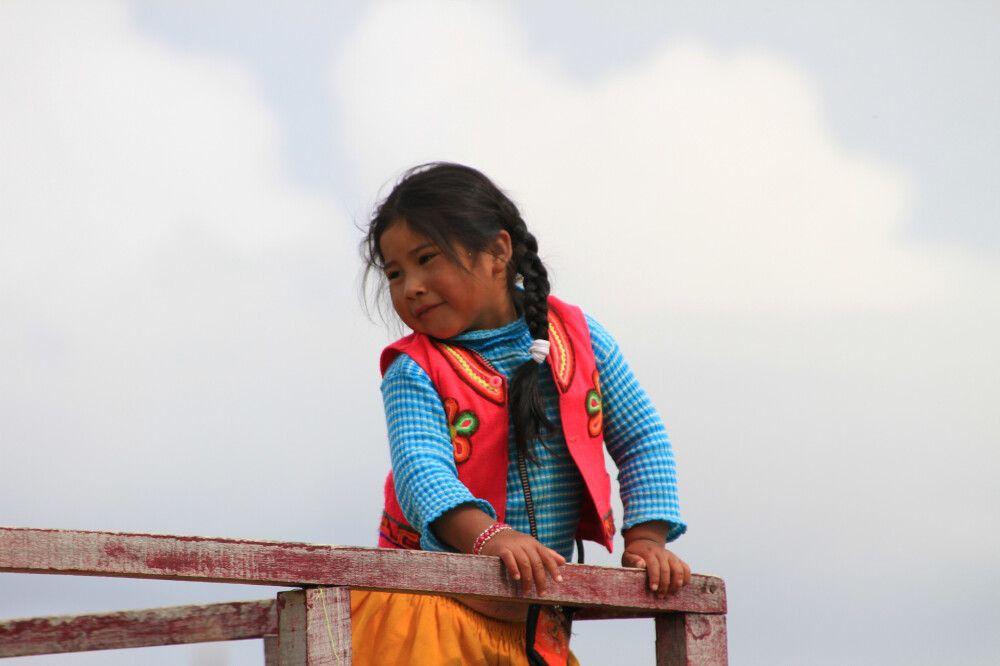 Ein junges Mädchen aus einer Uro-Familie auf dem Titicacasee