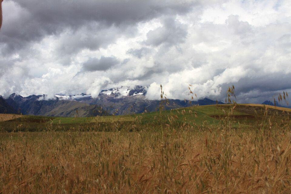 Atemberaubende Weite im Hochland von Peru bietet einen Ausblick auf schneebedeckte Berge