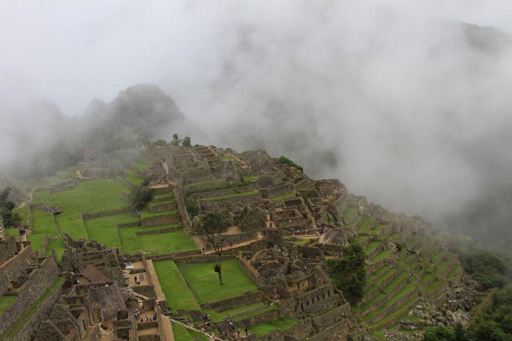 Der mystische Nebel verzieht und lässt die Inka-Stätte Machu Picchu hervorscheinen