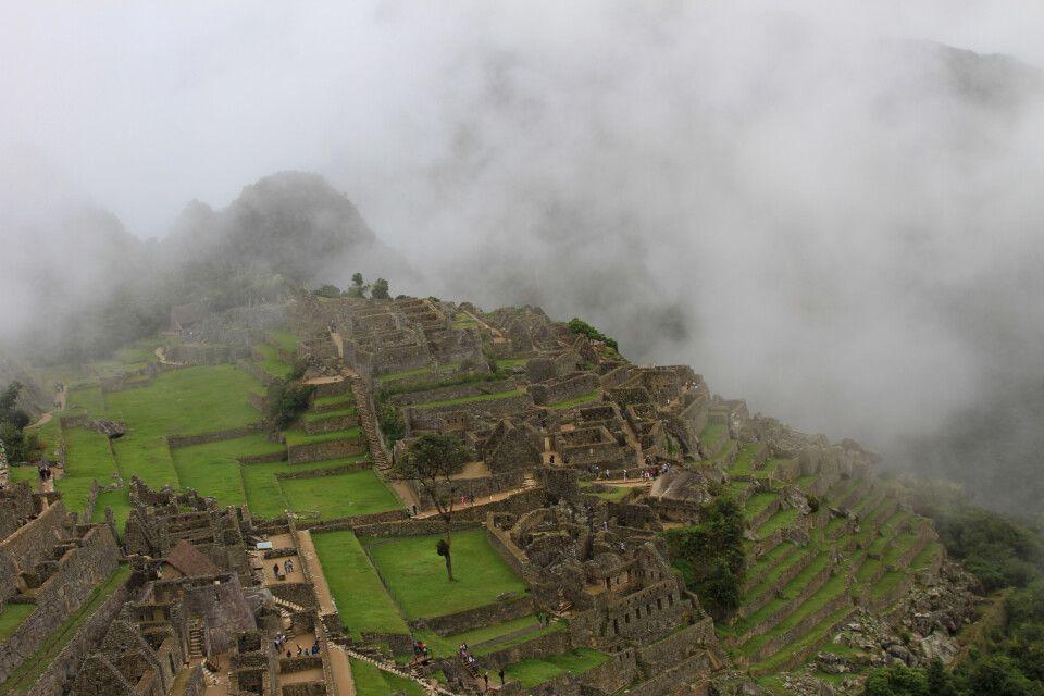 Der mystische Nebel verzieht und lässt die Inkastätte Machu Picchu hervorscheinen