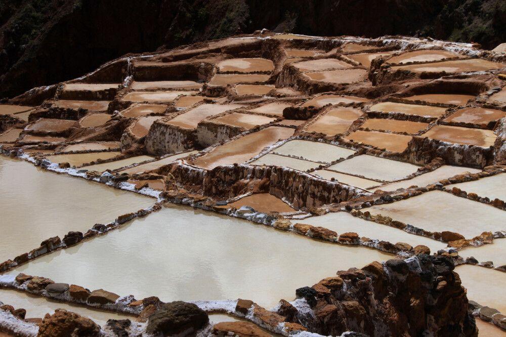 Salinas de Maras – im heiligen Tal baut die Gemeinde von Maras terrassenförmig Salz aus einer heißen Quelle ab