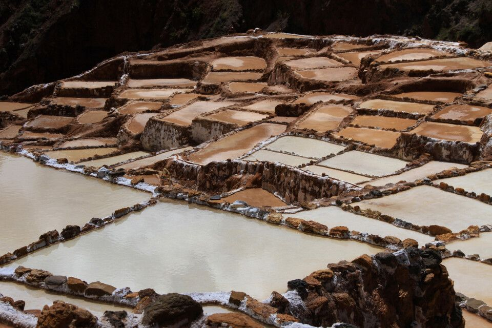 Salinas de Maras - im heiligen Tal baut die Gemeinde von Maras terrassenförmig Salz aus einer heißen Quelle ab