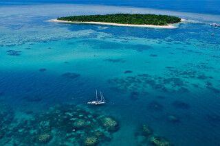 Blick aus der Vogelperspektive auf das Segelschiff im Great Barrier Reef