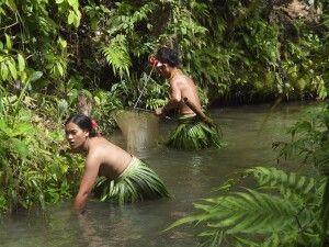 Mentawaifrauen beim Krabbenfang