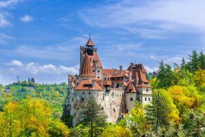 Panoramablick über Draculas mittelalterliches Schloss Bran in der Herbstsaison, der meistbesuchten Touristenattraktion von Brasov, Siebenbürgen