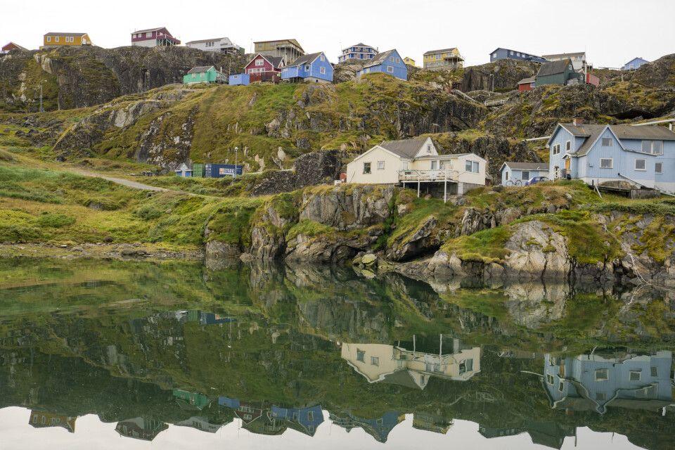 Die bunten Häuschen von Sisimiut spiegeln sich im Fjord