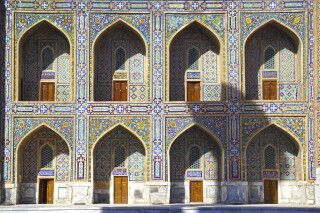 Feine Ornamentik am Registan in Samarkand