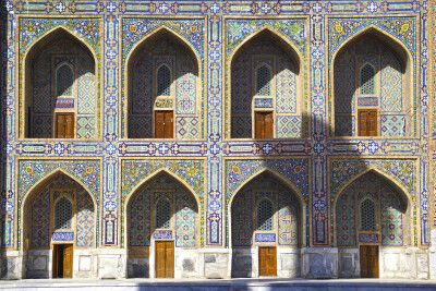 Feine Ornamentik am Registan in Samarkand