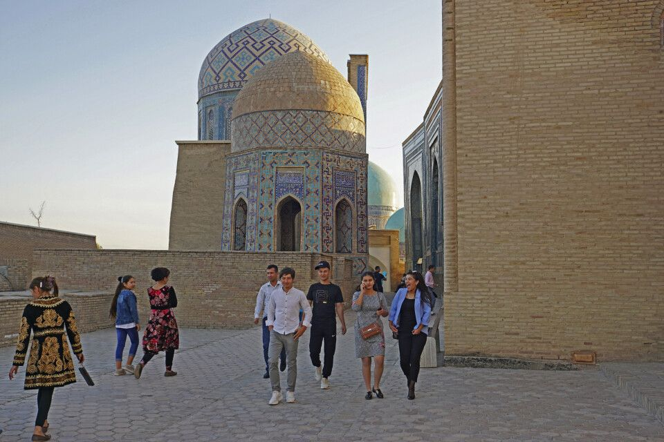 Usbeken erkunden Schah-I-Zinda an einem Sonntagabend