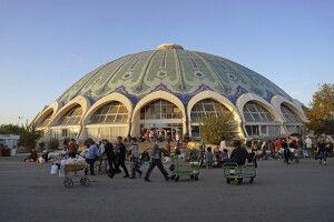 Das imposante Gebäude des Chorsu Basar in Taschkent