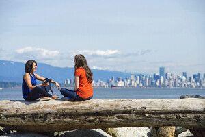 Zwei Frauen vor der Skyline von Vancouver