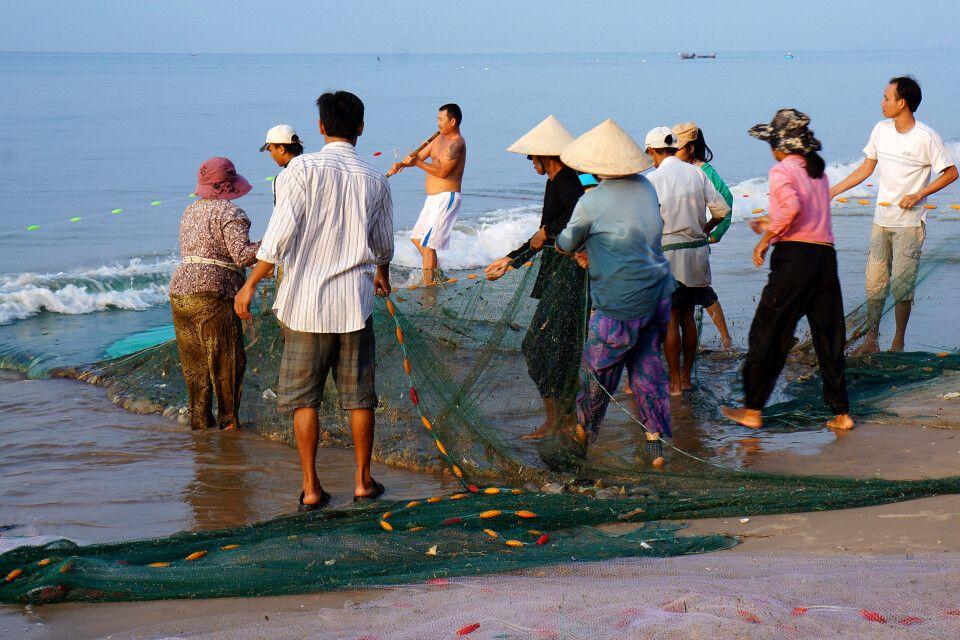 Netzfischen in Gemeinschaftsarbeit