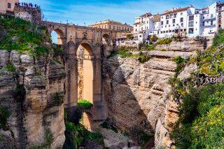 Touristen besuchen die Brücke in Ronda,  Andalusien
