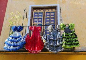 Traditionelle Flamencokleider an einem Haus in Malaga