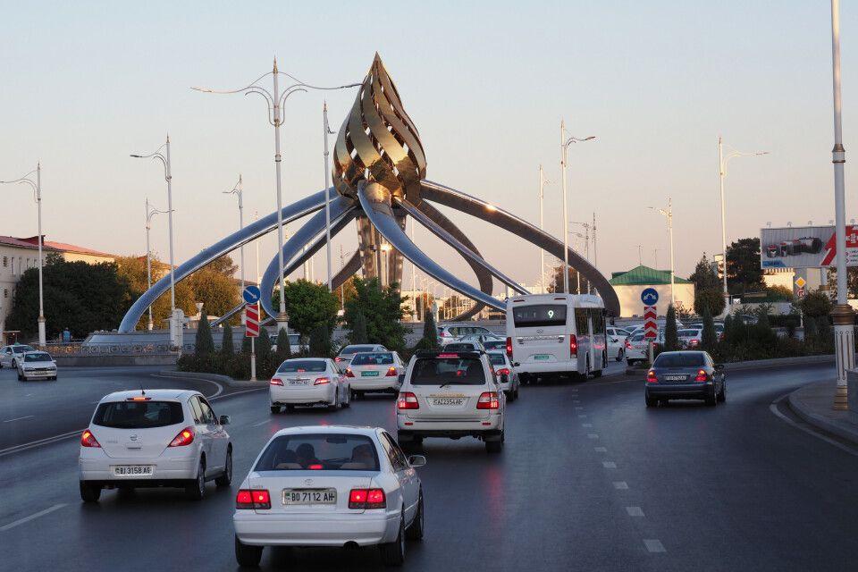 Skulpur in einem Kreisverkehr in Ashgabat