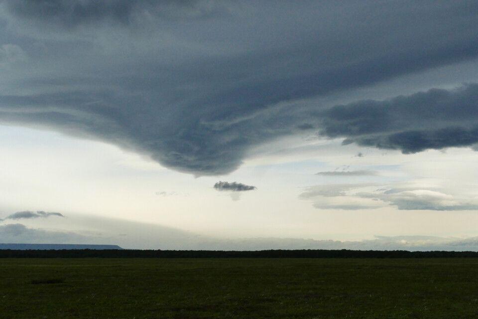 Tiefhängende Wolken über der Tundra