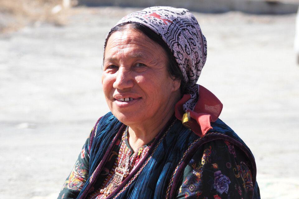 Turkmenin mit traditionellem Kopftuch