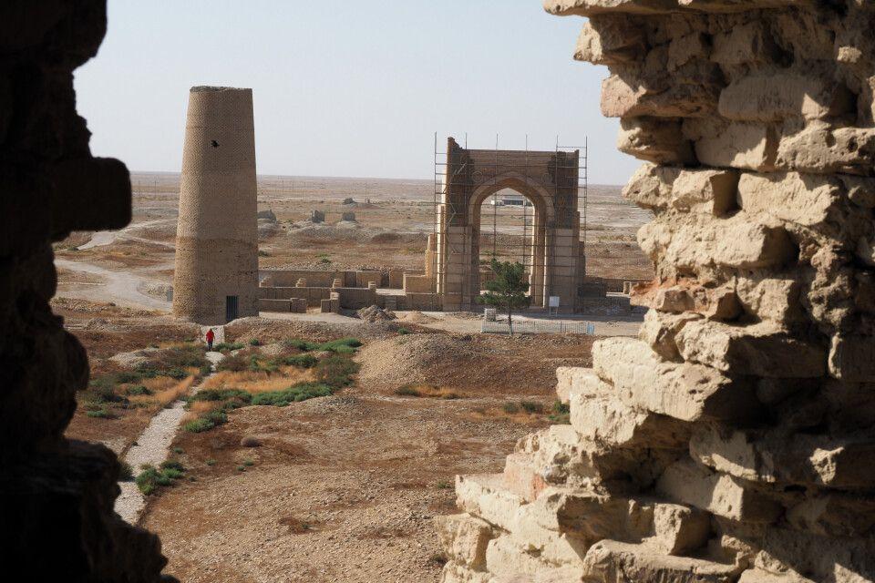 Dekhistan - von der einstigen Stadt sind neben Mauerresten nur noch zwei Minarette und der wiederausfgebaute Iwan zu besichtigen