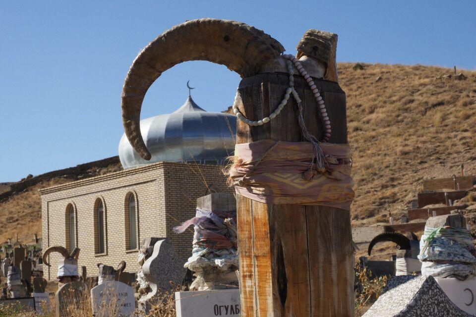Auf dem Friedhof in Nohur tragen alle Gräber Gehörne von Bergziegen auf einem Holzpfahl