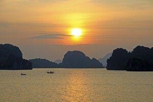 Sonnenuntergang in der Halongbucht  im Golf von Tonkin im Norden Vietnams
