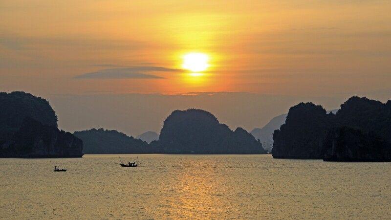 Sonnenuntergang in der Halongbucht  im Golf von Tonkin im Norden Vietnams © Diamir