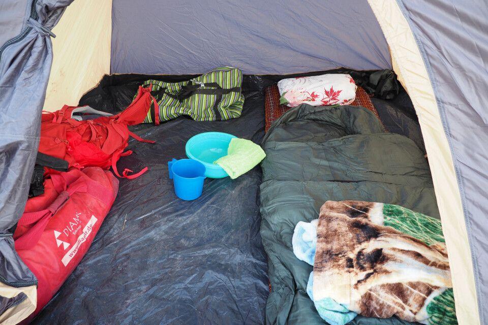 Einfacher Komfort beim Zelten in der Wüste