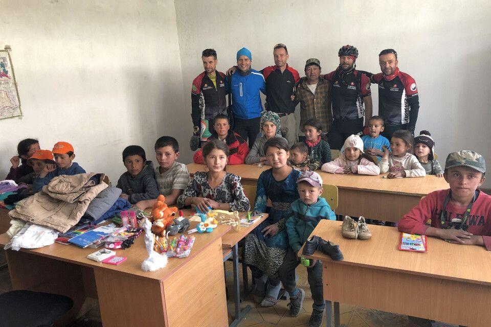Spendenübergabe in der Schule von Ghudara