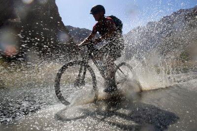 Wilde Fahrt durch eine Wasserlache