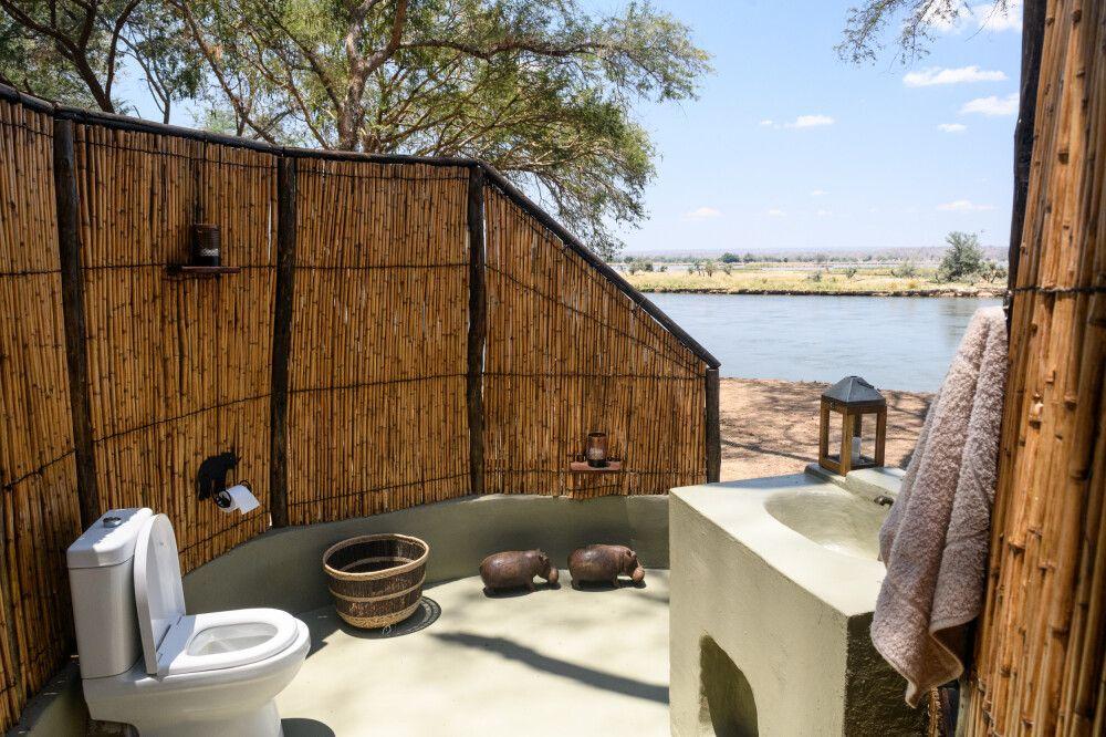 Stilles Örtchen mit fantastischem Ausblick: die Gästetoilette im Camp Old Mondoro, Lower-Zambezi-NP, Sambia
