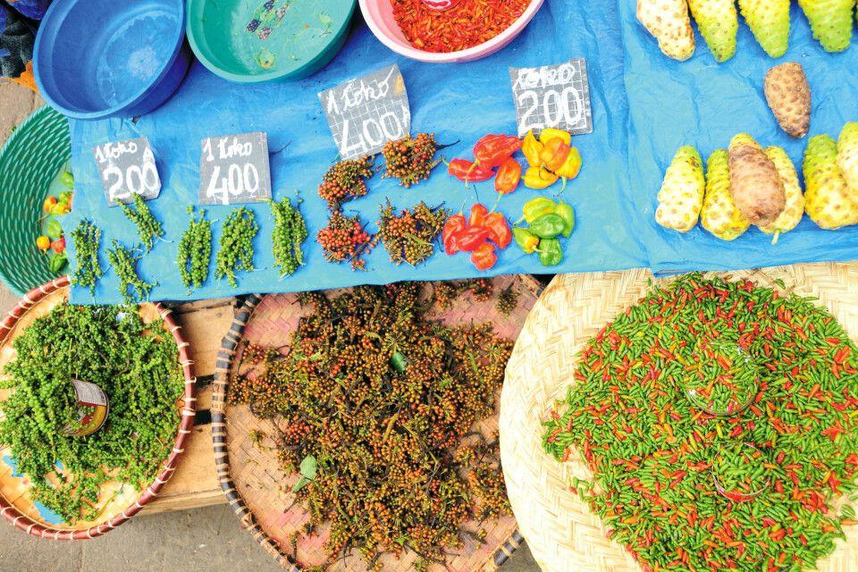 Chilischoten und Pfefferkörner auf dem Analakely Market