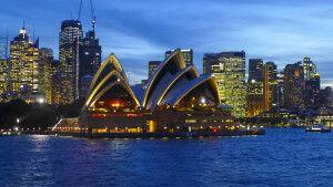 Blick auf Sydneys Oper in der Blauen Stunde