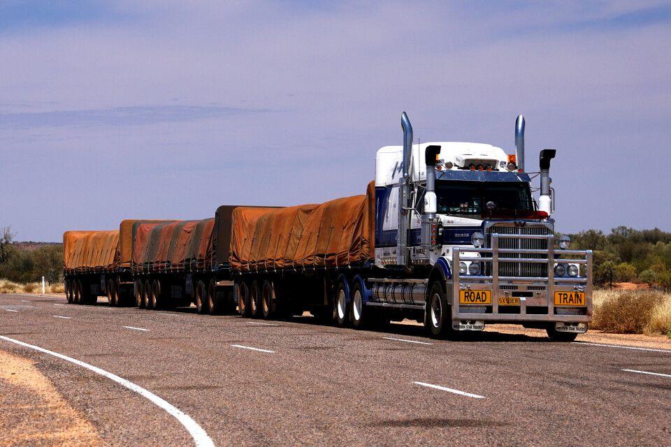 Ein sogenannter Road Train – die Züge der Straße – sind ganz besonders lange Lastwagen-Kombinationen