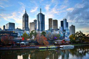 Blick auf Melbournes Skyline im Sonnenuntergang