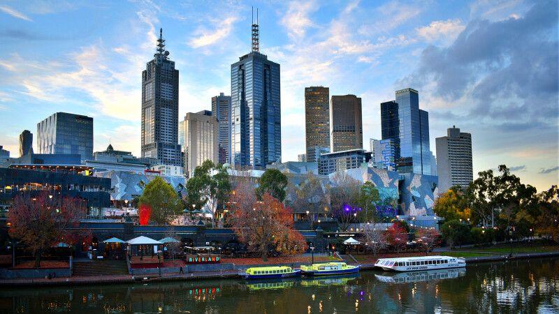 Blick auf Melbournes Skyline im Sonnenuntergang © Diamir
