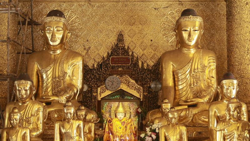 Buddhas in der Shwedagon-Pagode in Yangon © Diamir