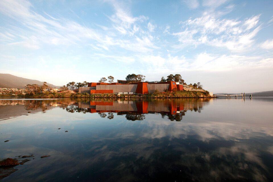 Das Museum of Old and New Art, ist ein Kunstmuseum, dass sich im Weingebiet Moorilla auf der Halbinsel Berriedale in Hobart, Tasmanien befindet.