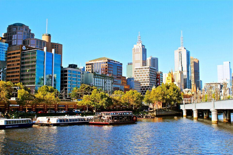Blick auf Melbournes Skyline im Sonnenlicht