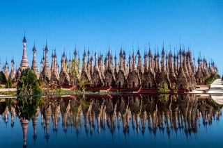 Pagodenfeld von Kakku mit Spiegelung im Wasser