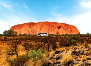 AAT Kings Busfahrt entlang des Uluru (Ayers Rock)