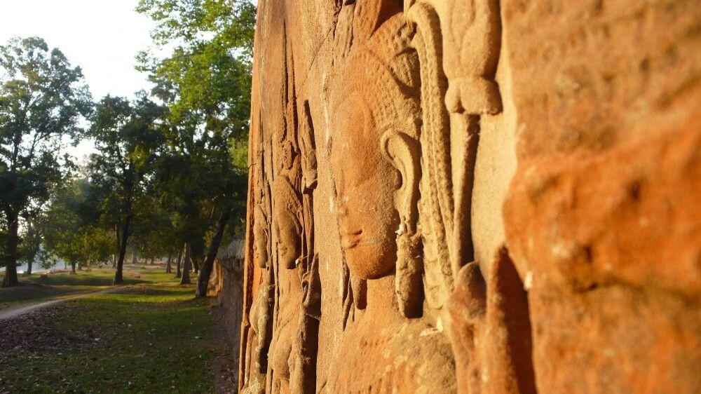 Außenmauer in der Nähe von Angkor Wat an einem Wassergraben