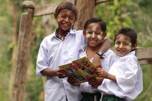 Lachende Schüler in Bagan