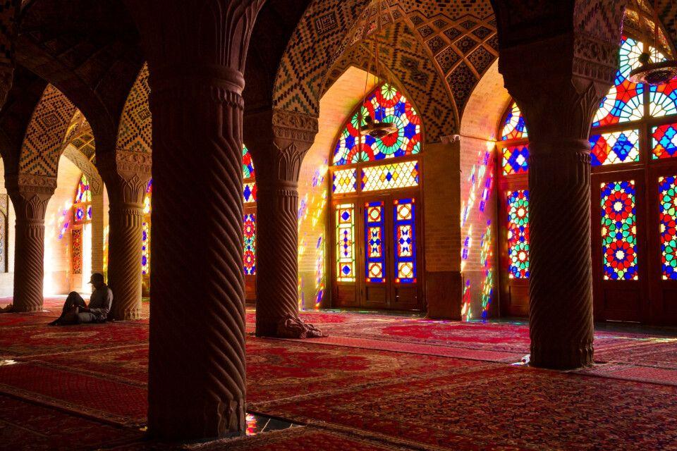 Die unverwechselbaren farbigen Fenster in der Nasir-ol-Molk Moschee in Shiraz