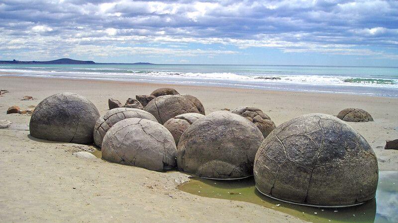 Die Moeraki Boulders sind ungewöhnlich große kugelförmige Konkretionen am Koekohe Beach auf der Südinsel Neuseelands. © Diamir