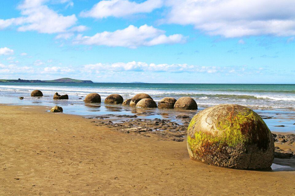 Die Moeraki Boulders sind ungewöhnlich große kugelförmige Konkretionen am Koekohe Beach auf der Südinsel Neuseelands.